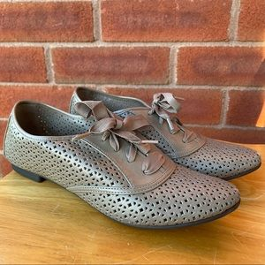 LOWER EAST SIDE Lace-up Taupe Oxford Flats